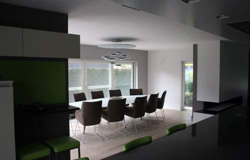 visite de la maison contemporaine de laurence nicolas jo yana. Black Bedroom Furniture Sets. Home Design Ideas