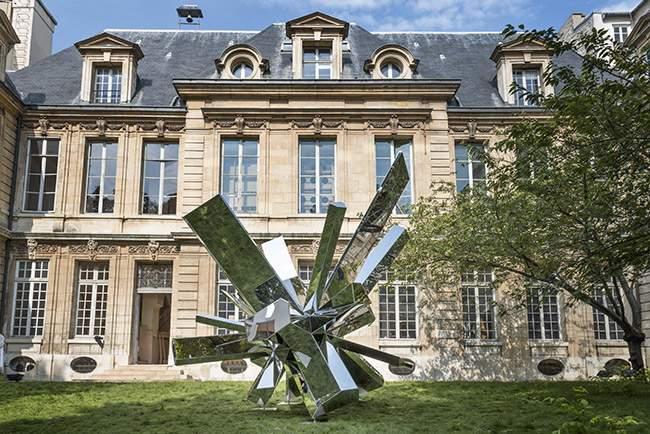 Sculpture ROCKGROWTH par Arik LEVY x Tolerie Forezienne (AD INTERIEURS)