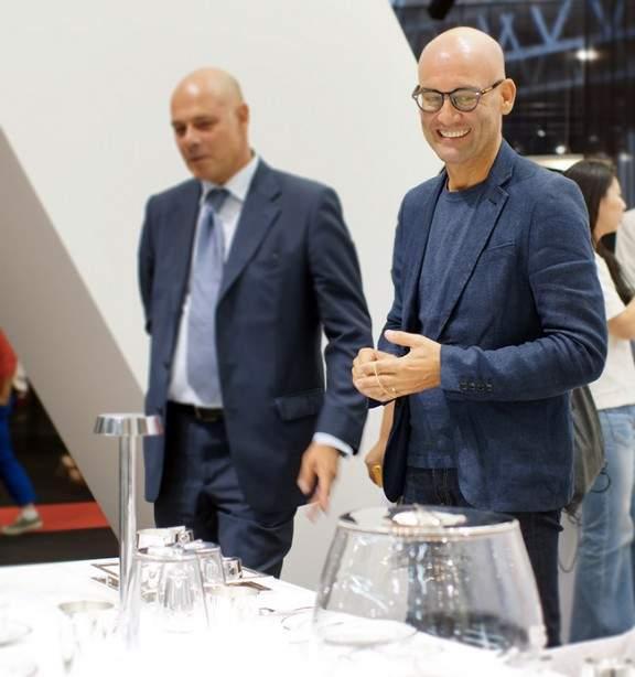 Ci-dessous le designer Davide Groppi , heureux de nous présenter sa ...